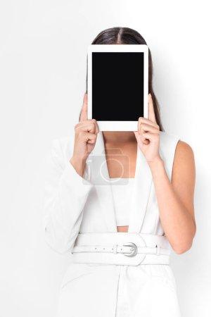 Foto de Mujer en blanco total con cara oscura con tableta digital con pantalla en blanco aislada en blanco - Imagen libre de derechos