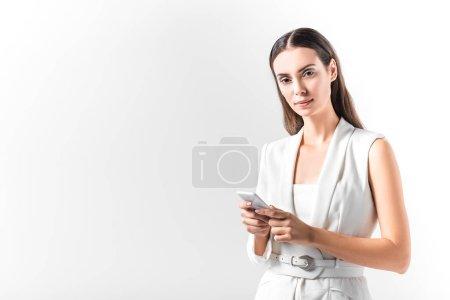 Foto de Mujer hermosa con smartphone aislado en blanco - Imagen libre de derechos
