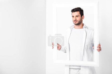 Foto de Guapo hombre adulto en blanco total con marco - Imagen libre de derechos
