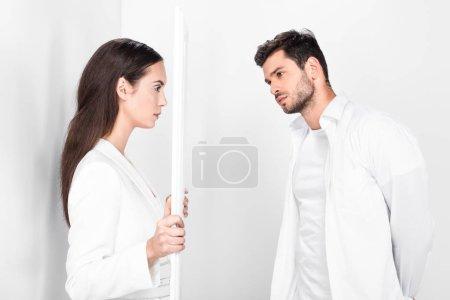 Foto de Hermosa mujer adulta con marco cerca guapo sobre fondo blanco - Imagen libre de derechos