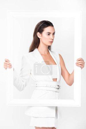 Foto de Mujer hermosa en blanco total con marco aislado en blanco - Imagen libre de derechos