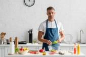 """Постер, картина, фотообои """"Взрослый человек в фартук, подготовке салат на кухне"""""""