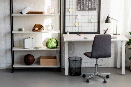 Photo pour Intérieur du lieu de travail confortable au bureau à la maison - image libre de droit