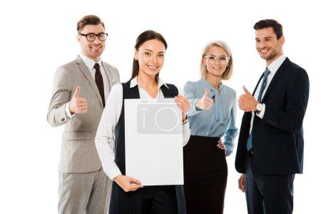 patron femme tenant la plaque vide tandis que l'équipe professionnelle montrant des pouces en haut isolé sur blanc
