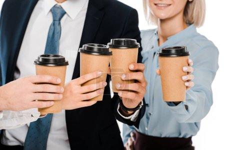 Photo pour Recadrée vue de gens d'affaires tenant des tasses à café pour aller isolé sur blanc - image libre de droit
