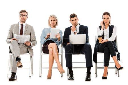 Geschäftsfrauen und Geschäftsleute sitzen auf Stühlen mit Gadgets, Zeitung und Coffee to go, isoliert auf weiß
