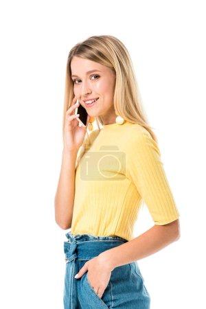 schöne junge Frau spricht per Smartphone und lächelt in die Kamera isoliert auf weiß