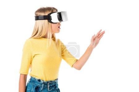 Photo pour Choqué jeune femme en réalité virtuelle casque isolé sur blanc - image libre de droit