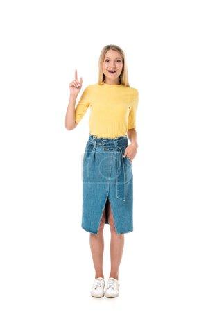 Photo pour Jeune femme attirante vers le haut avec le doigt et souriant à la caméra isolé sur blanc - image libre de droit
