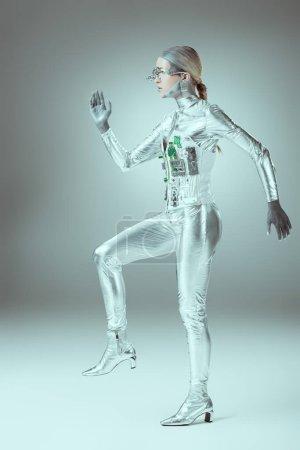 Foto de Vista lateral del cyborg futurista en concepto de tecnología futura gris - Imagen libre de derechos