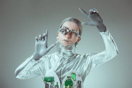 Foto de Robot plateado futurista gesticular con las manos aisladas en concepto de la tecnología futura gris - Imagen libre de derechos