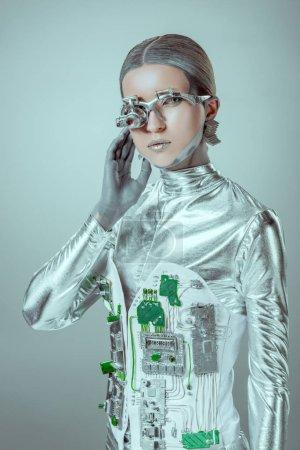 Photo pour Cyborg argent futuriste, regardant la caméra isolée sur concept technologique gris, futur - image libre de droit