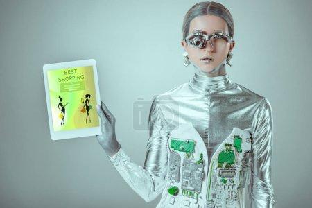 tableta de sujeción robot plateado con el mejor aparato de compras aislado en gris, concepto de tecnología futura
