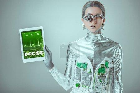 tablette de maintien robot argent avec appareil médical isolé sur gris, concept technologique futur