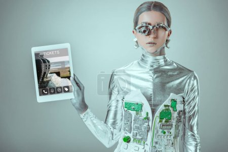 silberner Roboterarm mit Tablet und Fahrkartengerät isoliert auf grauem, zukünftigem Technologiekonzept