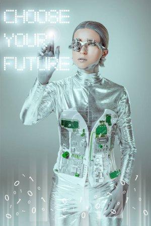 """Photo pour Jeune cyborg toucher """"choisir son avenir"""" lettrage sur gris avec des données numériques, concept technologique futur - image libre de droit"""