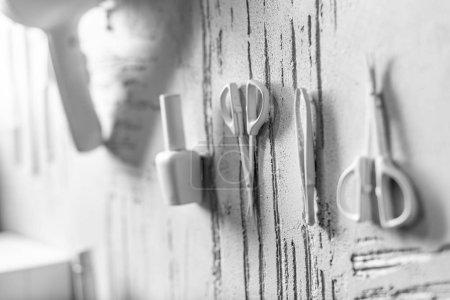 Photo pour Outils de manucure décorative blanche sur le mur dans un salon de beauté - image libre de droit