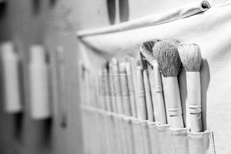 Photo pour Mise au point sélective des brosses blanc décoratif dans un salon de beauté - image libre de droit
