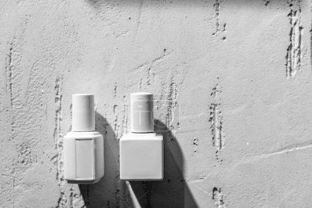 Photo pour Vue rapprochée du vernis à ongles décoratifs blancs sur le mur dans un salon de beauté - image libre de droit