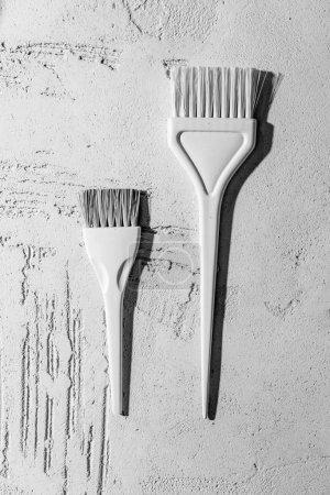 Photo pour Vue rapprochée du blanc décoratif brosses sur le mur dans un salon de beauté - image libre de droit