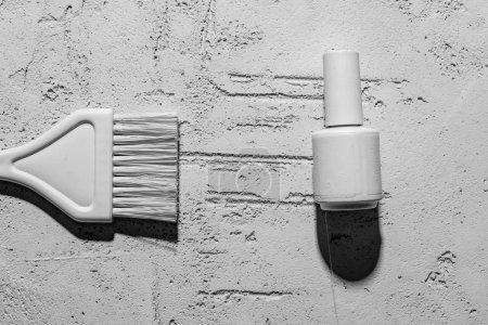 Foto de Vista cercana de pincel decorativo y el pulimento de clavo en la pared en el salón de belleza - Imagen libre de derechos