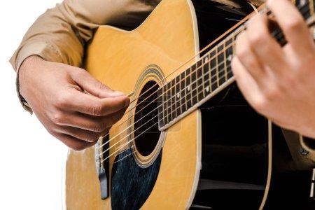 Photo pour Plan recadré de musicien masculin jouant sur guitare acoustique isolé sur blanc - image libre de droit