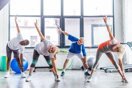 Photo pour Multiethnique hauts sportifs synchrone au hall des sports - image libre de droit