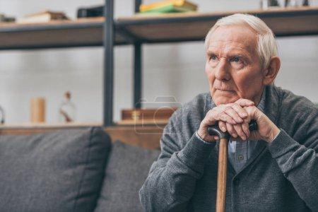 Foto de Hombre jubilado triste con el pelo gris con poca caña en sala de estar - Imagen libre de derechos