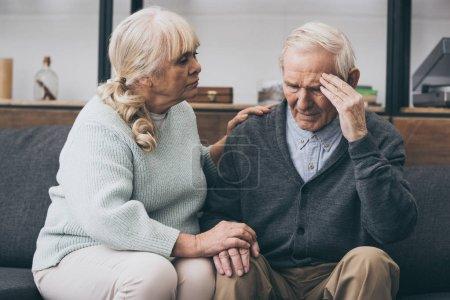 retraite femme assise près de mari senior avec maux de tête