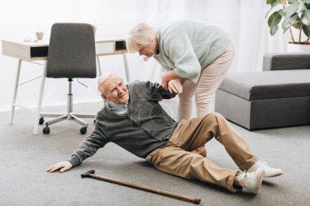 Photo pour Vieille femme aidant à défendre son mari qui tombaient vers le bas étage - image libre de droit