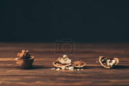 Photo pour Craquage de noix comme symbole de la démence sur table en bois - image libre de droit