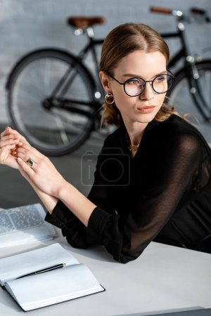 Photo pour Attrayant femme d'affaires en vêtements noirs toucher les mains - image libre de droit