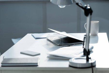 Photo pour Tableau blanc avec lampe, documents, ordinateur portable et ordinateur portable - image libre de droit