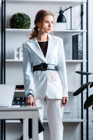 Photo pour Élégante femme d'affaires en tenues à intérieur de bureau moderne - image libre de droit