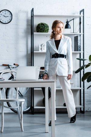 Photo pour Femme d'affaires élégant en vêtements blancs à intérieur de bureau moderne - image libre de droit