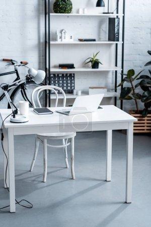 Photo pour Conception de bureaux modernes avec bureau d'ordinateur blanc et rack - image libre de droit