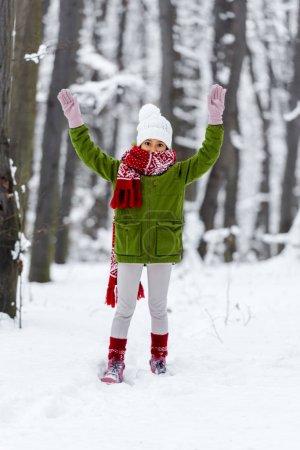 Photo pour Enfants afro-américains dans des vêtements chauds à l'élevage des mains regardant la caméra à winter park - image libre de droit