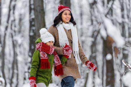 Photo pour Belle femme afro-américaine et mignon enfants préados souriant et la marche à winter park - image libre de droit