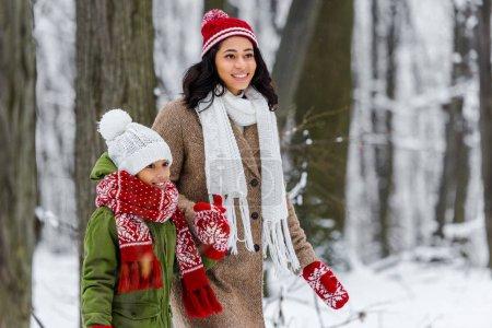 Photo pour Belle fille afro-américaine et preteen enfant marchant à winter park - image libre de droit