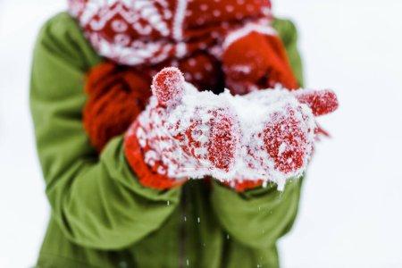 Photo pour Enfant avec gants rouges poudrerie blanc - image libre de droit