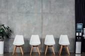 """Постер, картина, фотообои """"современные белые стулья в зале ожидания с завода и охладитель воды"""""""