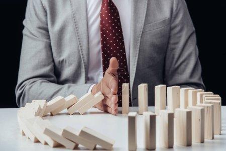 Foto de Vista parcial del empresario impide la caída de bloques de madera - Imagen libre de derechos