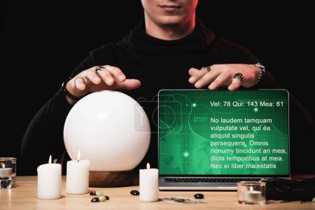 vue recadrée de psychique près ordinateur portable avec prédiction à l'écran isolé sur noir