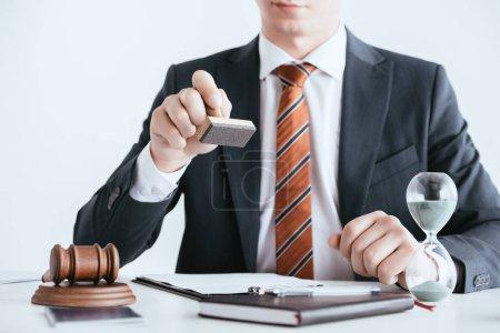 Photo pour Vue recadrée de l'homme en costume tenant timbre près du marteau isolé sur blanc - image libre de droit