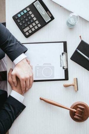 Photo pour Vue du haut du juge près du presse-papiers avec lettrage d'immigration sur le document près du timbre et du marteau - image libre de droit