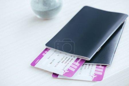 Photo pour Gros plan des passeports avec billets sur le bureau - image libre de droit
