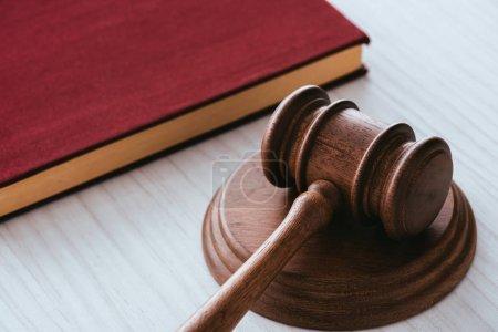 Photo pour Foyer sélectif du marteau en bois près du carnet sur la table - image libre de droit