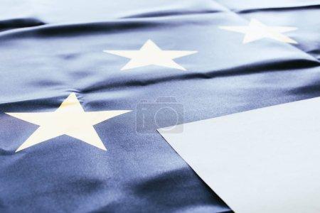 Photo pour Blanc blanc vide avec drapeau européen sur fond - image libre de droit