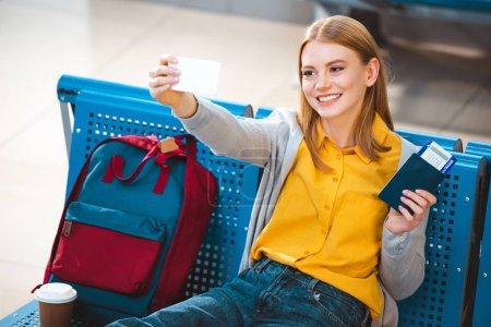 Selfie mit fröhlicher Frau am Flughafen