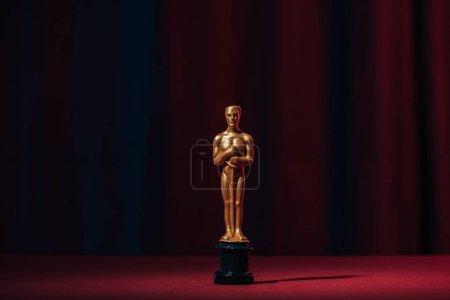 Foto de Concesión de oscar oro brillante sobre fondo oscuro - Imagen libre de derechos